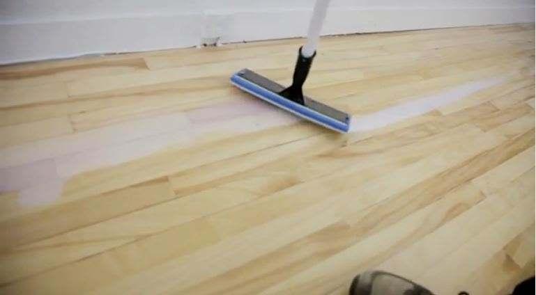 Vernir un plancher : à l'aide du tampon Finitec 10 pouces