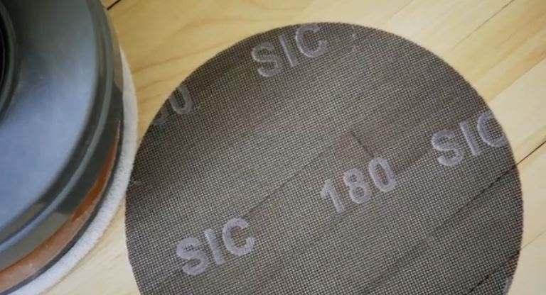 Vernir un plancher : sablage au 180 entre les couches