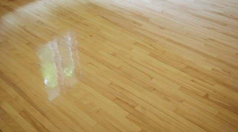 Un plancher vernis complètement rafraichi