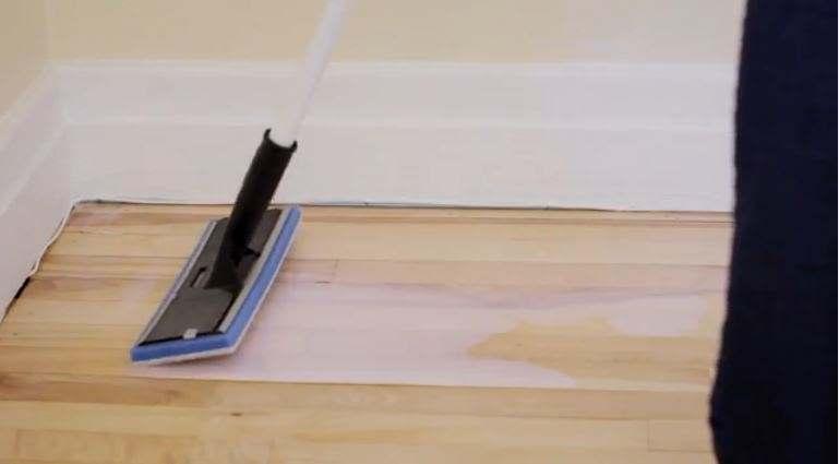 Vernir un plancher : imbiber le tampon