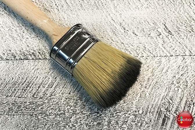 Pinceau sec dont le surplus de peinture a été retiré