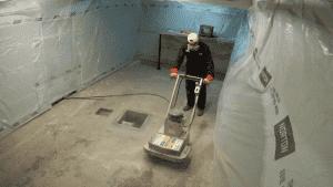Photo de l'opération sablage du plancher de ciment