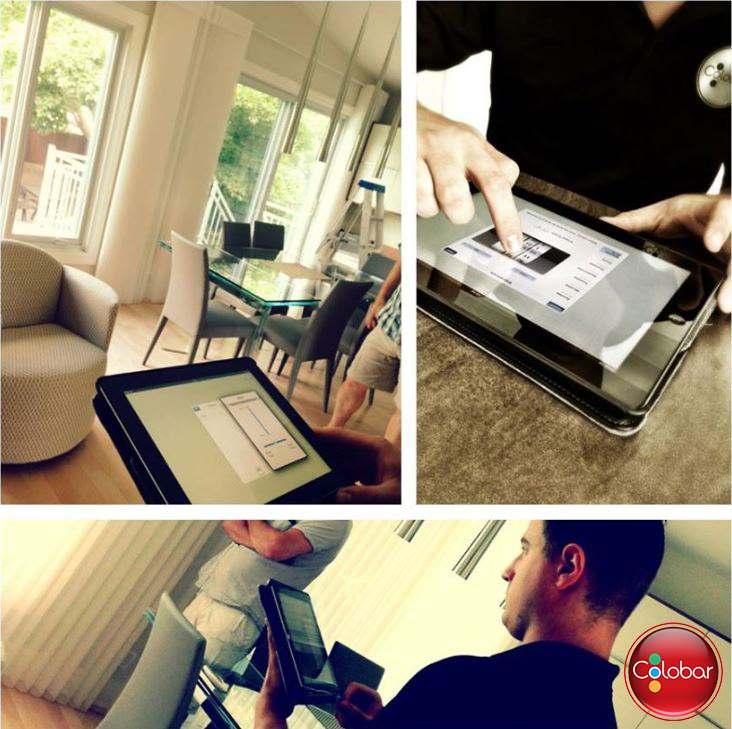 Nos installateurs de stores entrain de configurer les différentes scènes de l'Application Platinum de Hunter Douglas