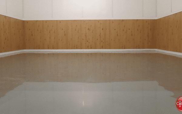Époxy sur le plancher d'un petit entrepôt