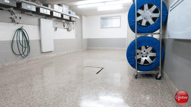Époxy : plancher de garage cuvelé full flake grège cadillac