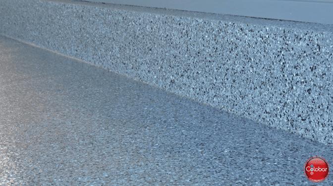 Photo du plancher de garage époxy avec la remontée verticale