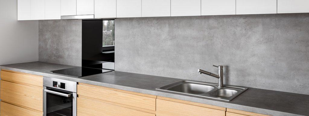 Remplacer un dosseret de cuisine en céramique sans l'enlever avec l'effet béton
