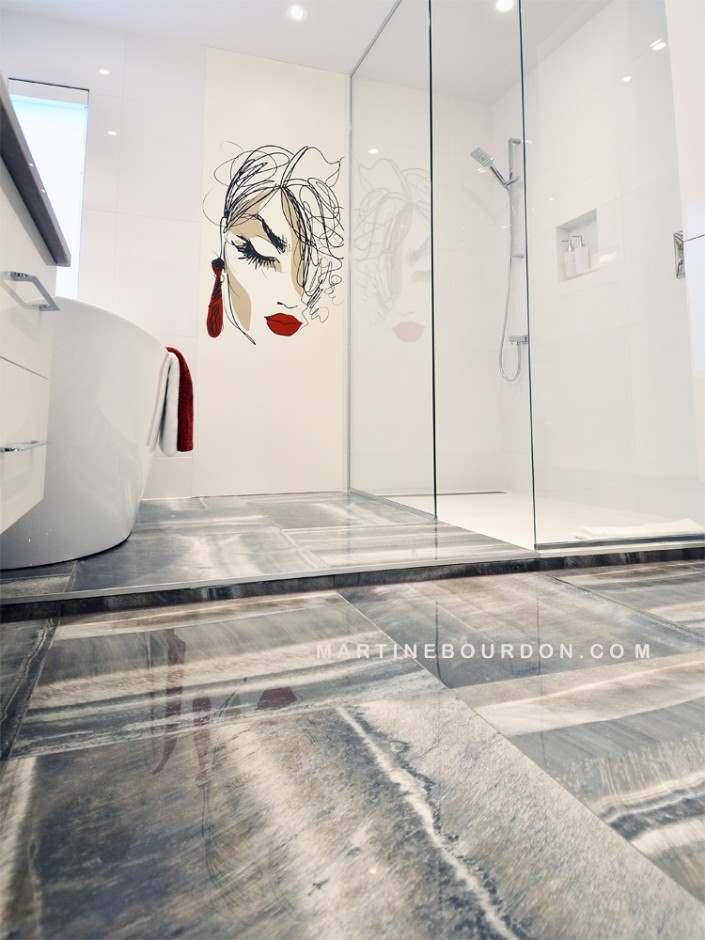 Comme une image vaut mille mots avec cette murale en premier plan que reste t il à dire sur cette salle de bain complètement personnalisée